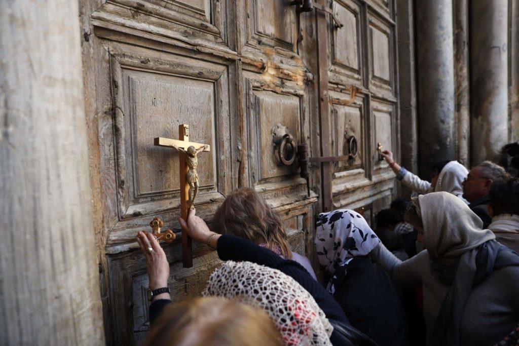 personas-protestando-iglesia
