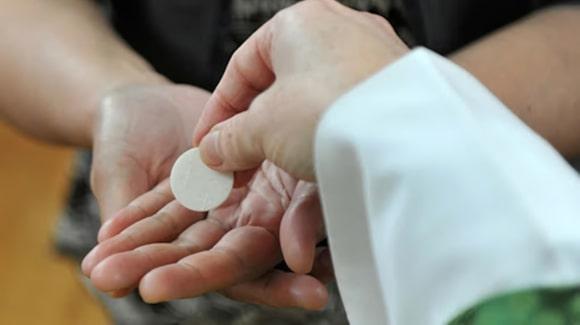 comunión en la mano